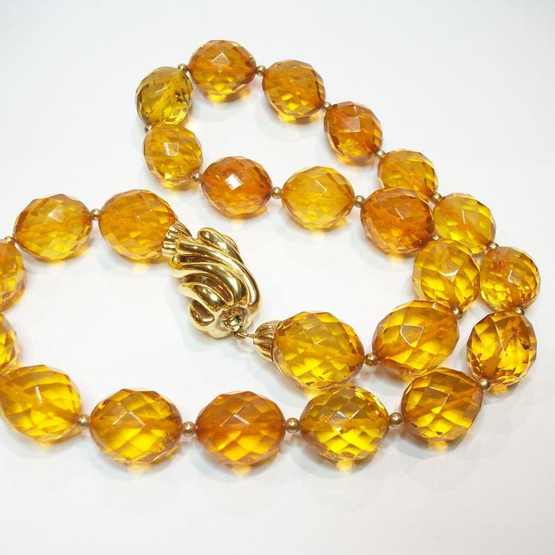 Collar con cuestas facetas de ámbar y cierre de oro de 18k. Moderno: Catálogo de Antigua Joyeros