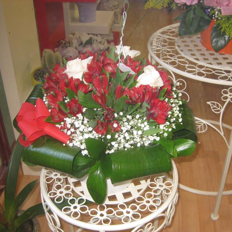 bouquet de rosas y altromenias