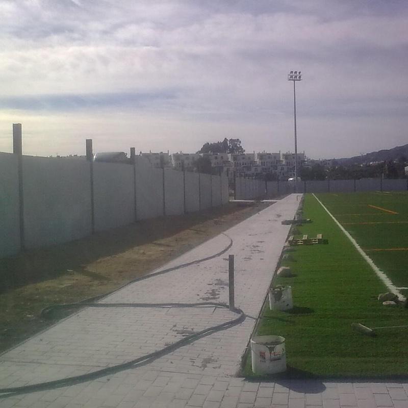 Cerramientos de espacios deportivos con placas de hormigón: Productos y servicios de Placas Jiménez de Haro, S.L.