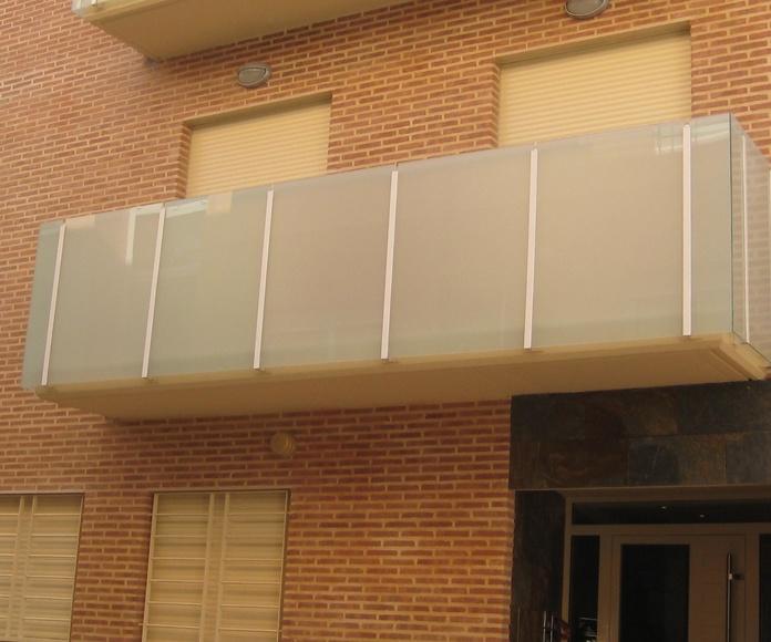 Barandilla con estructura de acero lacado y vidrio laminado mate.