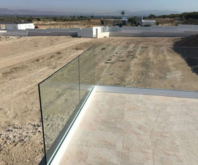 Barandilla con perfil de aluminio inferior y vidrio laminado 8+8