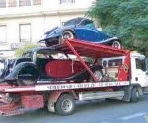 Grúas José María durante el traslado de dos vehículos