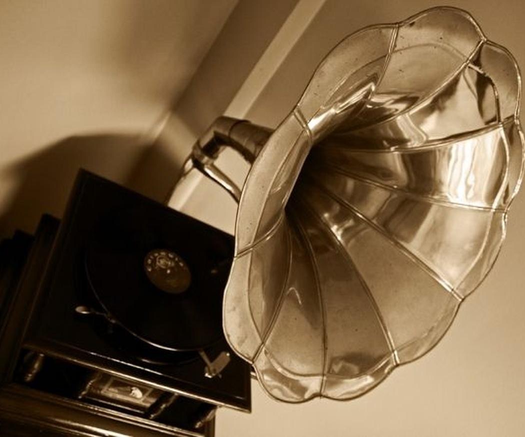 ¿En qué se distinguen un gramófono y un tocadiscos?