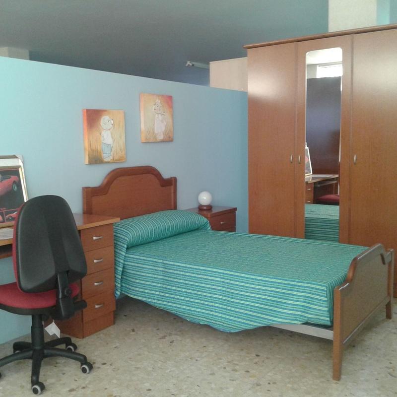 Dormitorio con cama 105 , mesa estudio y armario 1,50   1.100€