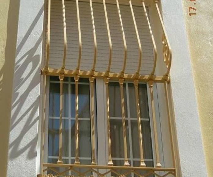 Balcón de hierro tipo pecho paloma con macollas, solera y entorchado