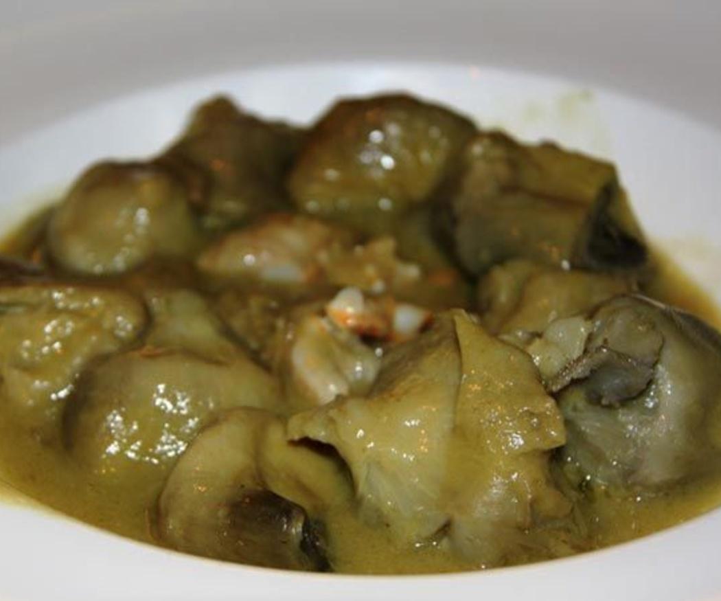 Alcachofas guisadas con habas, guisantes y patatas