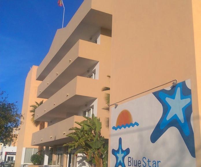 pintura de fachada principal de los apartamentos Blue Star en Cala de Bou