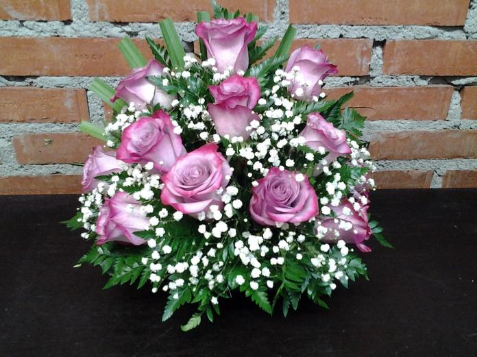 Centro a una cara de 12 rosas: Servicios de Arte Flor