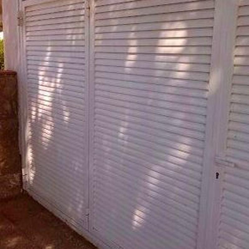 Diseño, fabricación y montaje de puerta abatible lacada: Trabajos realizados de Global Metall, S.C.P.