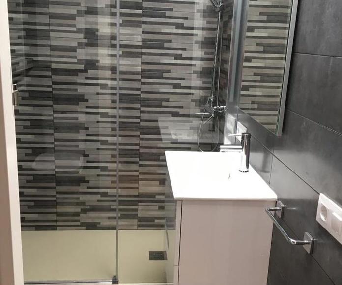 Baño moderno en tonos grises