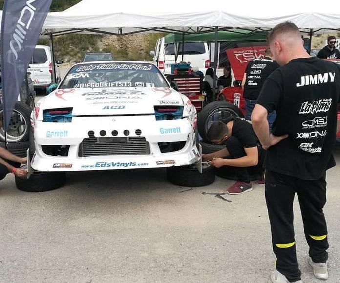 el equipo poniendo a punto el coche de Diego antes de salir al top16