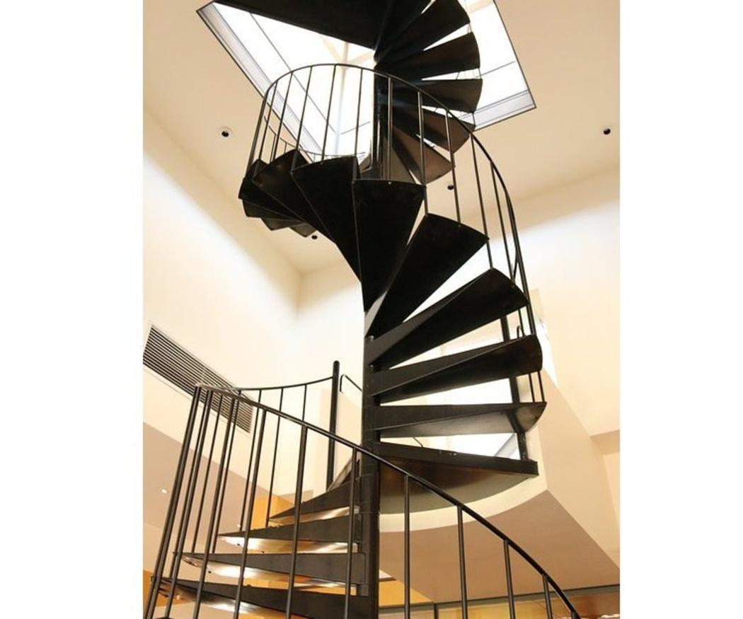¿Por qué apostar por las escaleras de caracol en interiores?