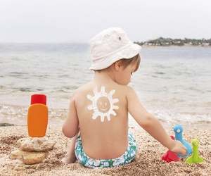 Trucos para quitar manchas de crema del sol y manchas de fruta de la ropa