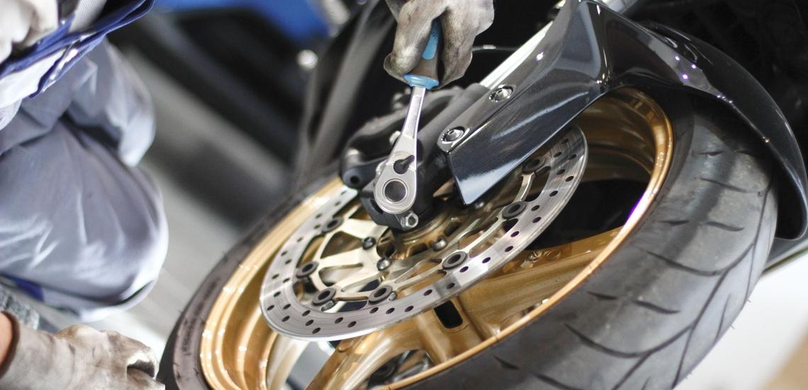 Arreglar moto en l´Eixample de Barcelona de gran cilindrada y cambiar rueda