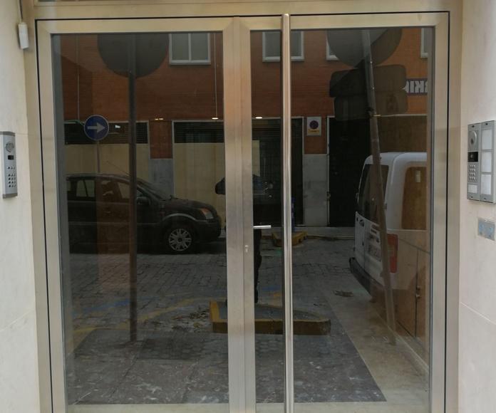 Puerta de acero inoxidable con vidrios de seguridad fabricada a medida bloque de comunidad de vecinos