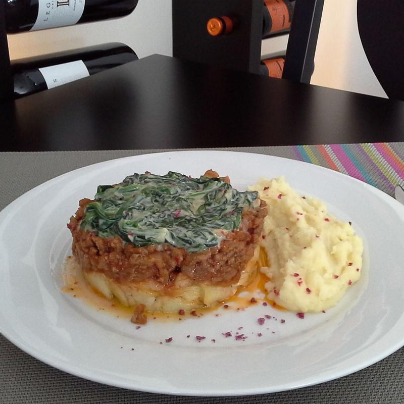Pastel de carne con puré de patatas y espinacas