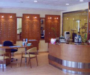 Fotografía interior de la óptica, zona de atención al cliente.