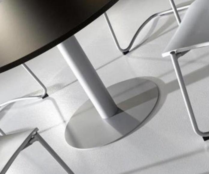 Mesa redonda color Wengué y pie metálico color Aluminio