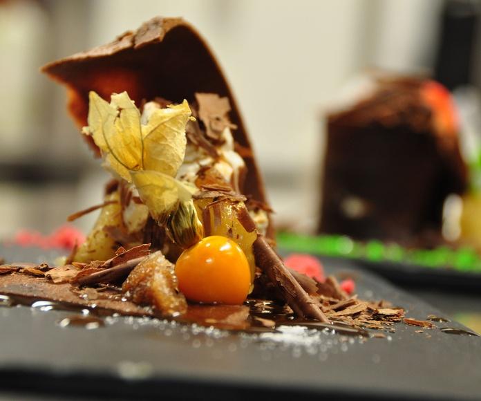 Tejadillo de chocolate, helado de vainilla y fruta de la pasión.