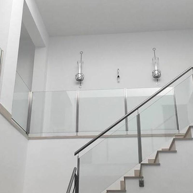 Barandilla de acero inoxidable y vidrio diseñada y montada en chalet particular
