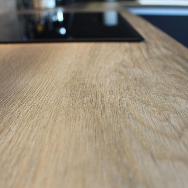 cocina negro mate gola y encimera porcelanico inalco imitación a madera natural