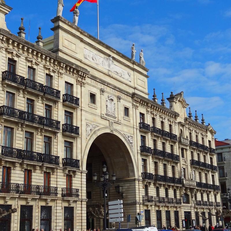 Instalación de la bandera del Banco Santander
