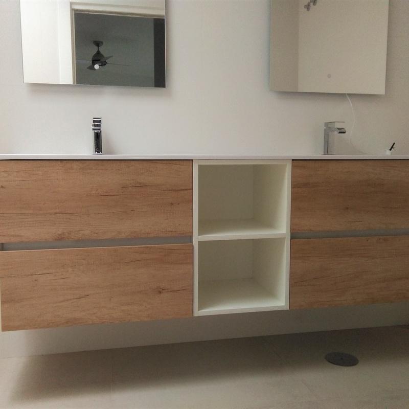 Mueble de baño madera y hueco decorativo