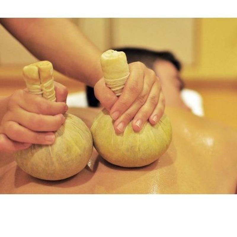 Masaje con pindas herbales calientes: Servicios   de Kwantida Thai Massage spa
