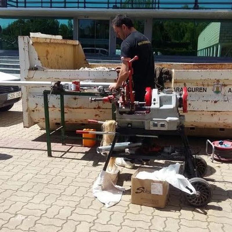 instalaciones de fontanería con tubería de hierro máquina roscadora