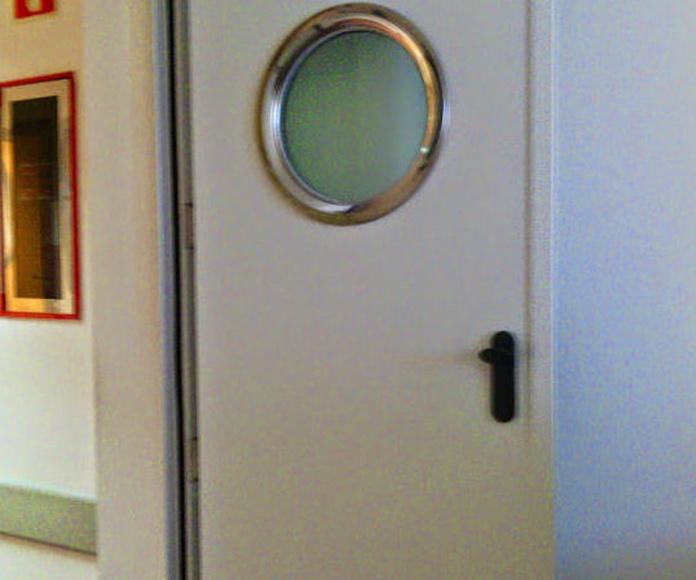 Puerta batiente cortafuegos con mirilla