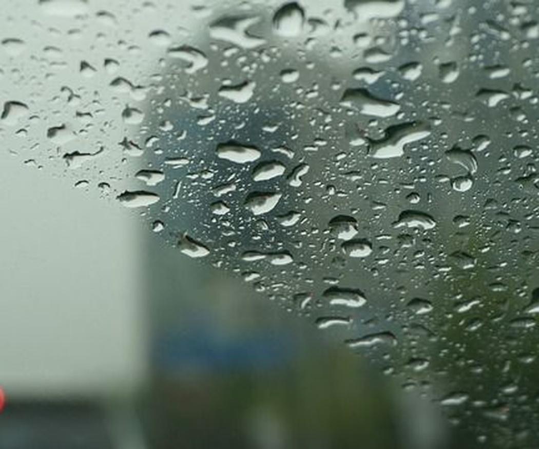 ¿Afecta la lluvia a la pintura de tu coche?