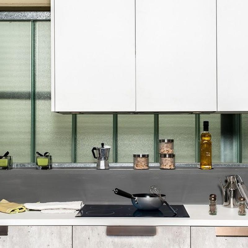 Cocina Delta modelo Natura concrete combinado con blanco.