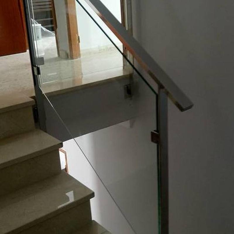 Barandilla de acero inoxidable y vidrio diseñada y fabricada a medida para vivienda particular