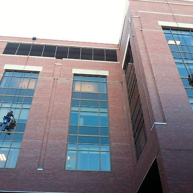 Limpieza de cristales en edificios altos
