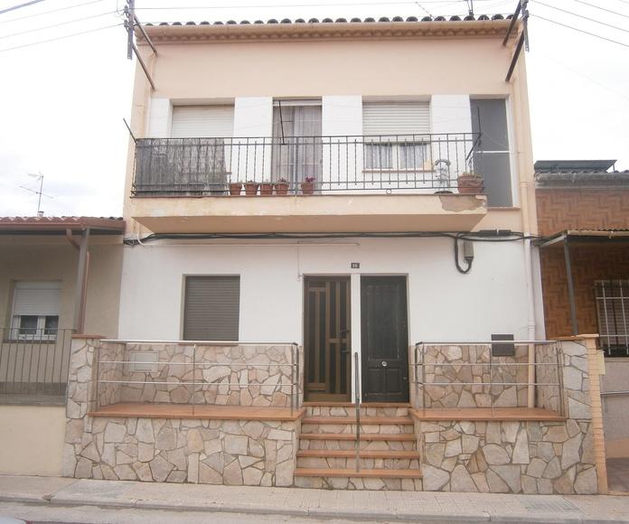Casa con tres viviendas: Servicios de Candàliga Canal Gestió d'Immobles