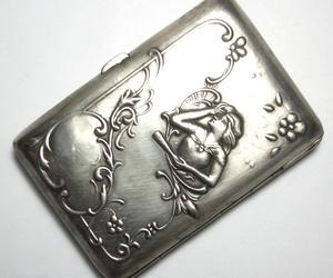 Tabaquera Art Nouveau realizada en plata con motivos vegetales y una figura femenina. Circa: 1900-1910. VENDIDA