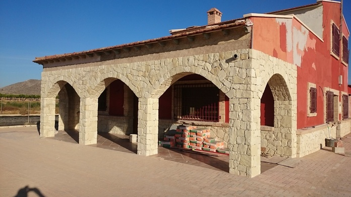 Arcos con piedra blanca de almorqui