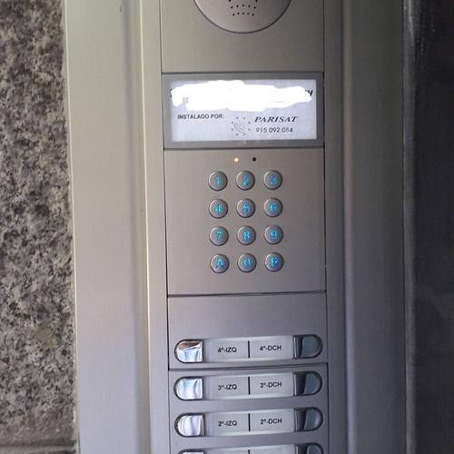 Placa FERMAX SKYLINE de 10 pulsadores con control de acceso por código