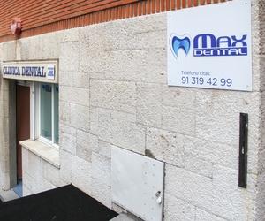 Realizamos tratamientos de ortodoncia, endodoncia, limpiezas dentales, implantología...