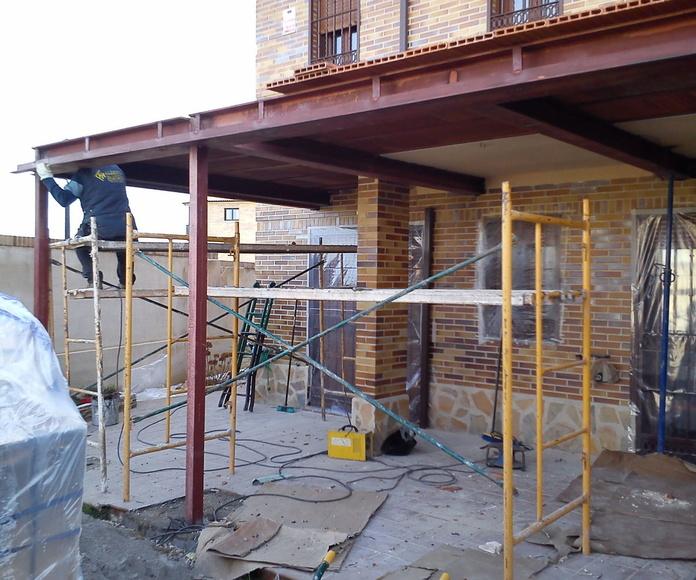 Estructura metálica de porche en vivienda unifamiliar.