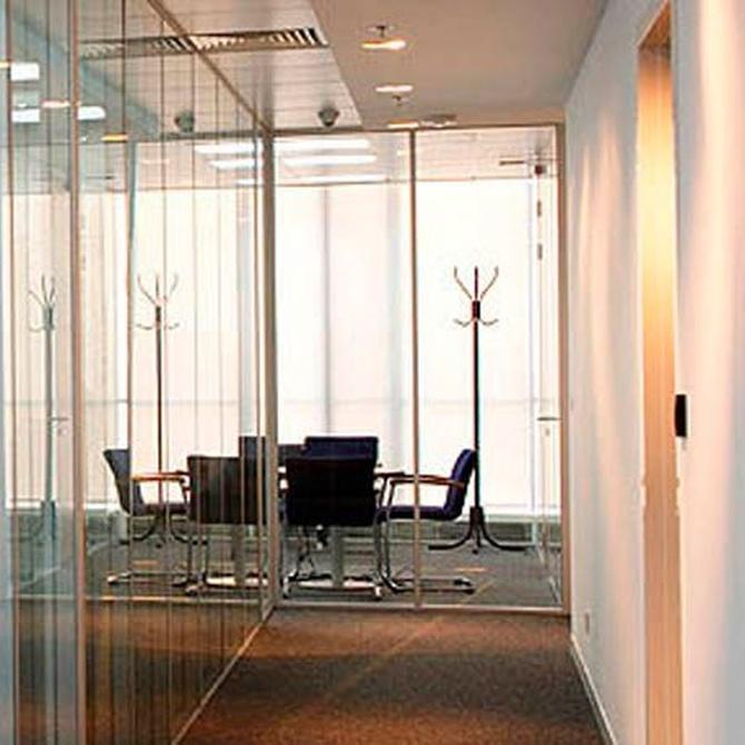 Dividir el espacio en oficinas con mamparas