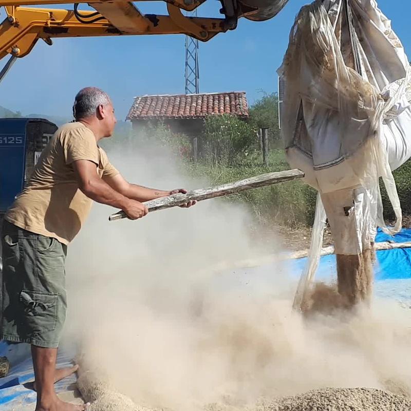 Augusto Madalena preparando la piscina de arcilla. Barronautas. Biodanza en Arcilla. (Artaza. España) 2018