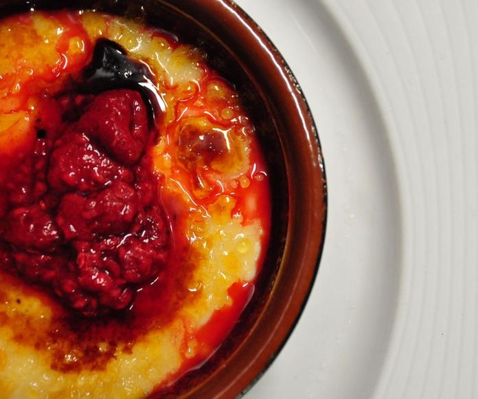 Crema catalana con frutos rojos.