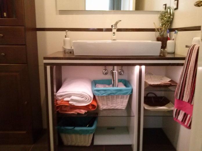 Encimera de baño y mueble, todo en granito, lavabo tipo mural y estantes en cristal, DISEÑO PROPIO.