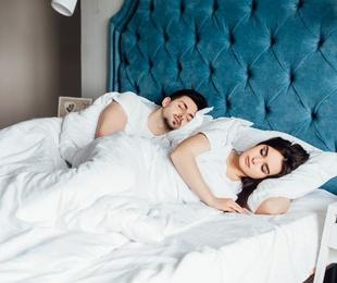 ¿Qué es mejor? ¿Dormir juntos o en camas separadas?