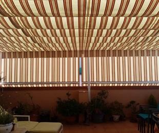 Instalación de toldo plano en la calle Las Gavines en Paterna