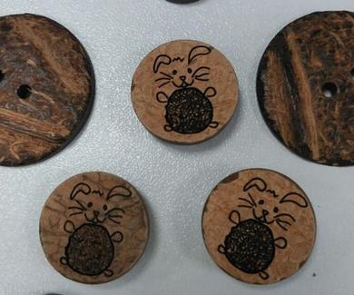 Etiquetas, botones y chupeteros