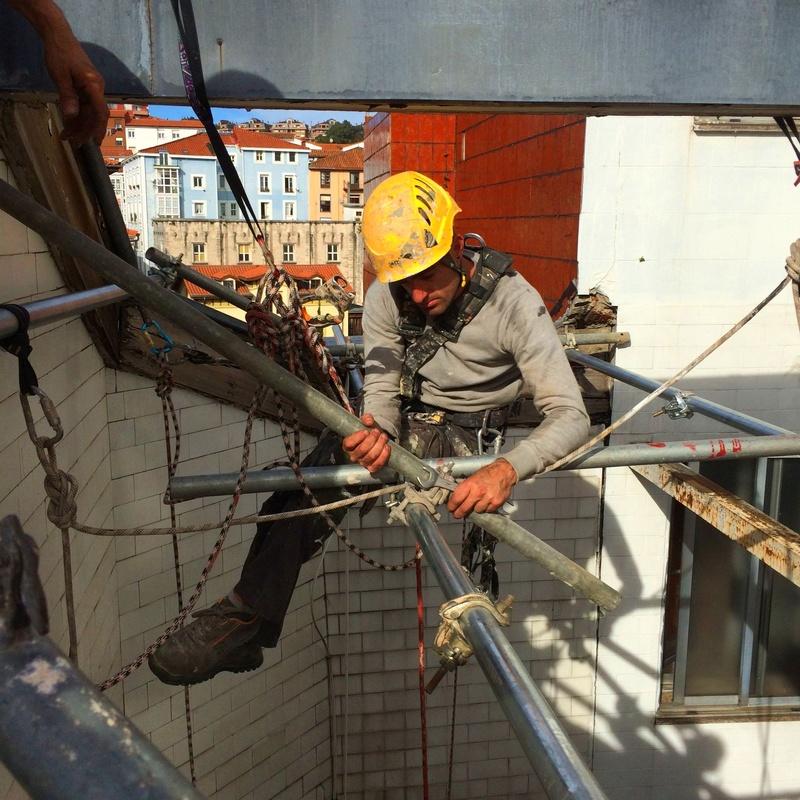 Reparación de patio de luces con trabajos verticales en Santander.