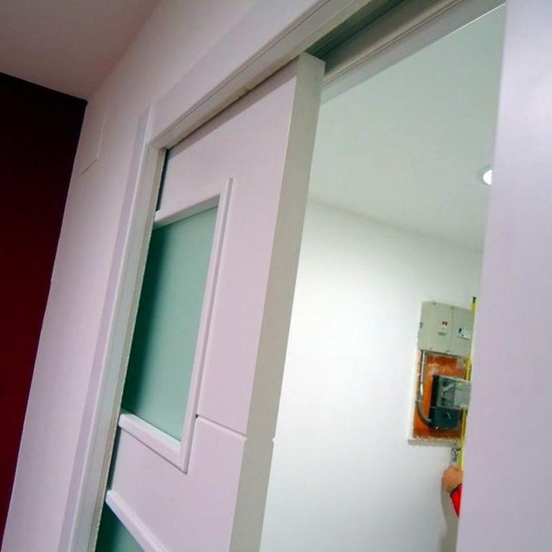 Detalle puerta corredera con kit de cerramiento