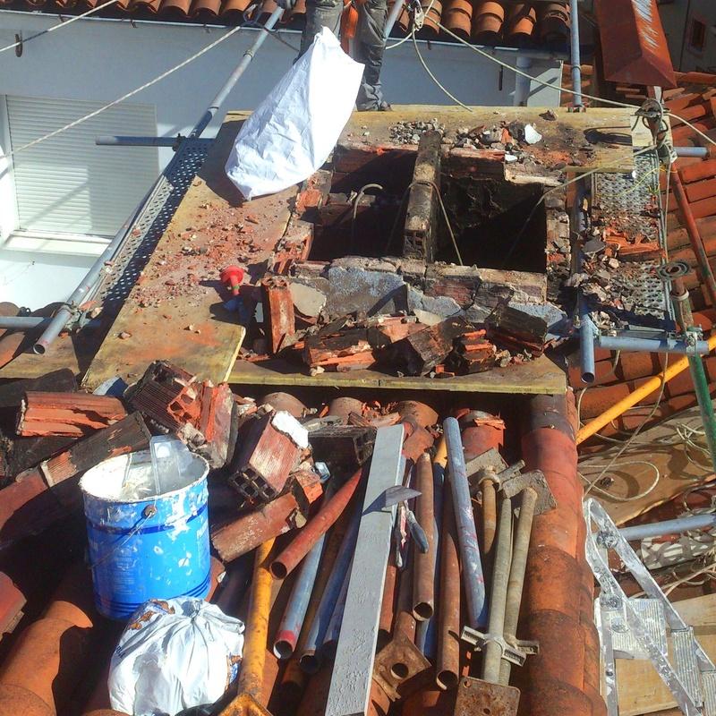 Derribo controlado y reconstrucción de chimenea en Torrelavega